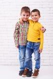 Abrazo de dos pequeño amigos del hermano Imagen de archivo