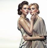 Abrazo de dos señoras de la elegancia Imágenes de archivo libres de regalías
