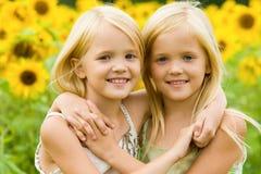 Abrazo de hermanas Fotografía de archivo