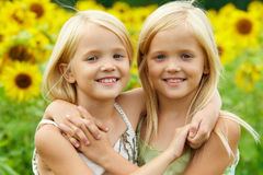 Abrazo de hermanas Fotos de archivo