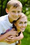 Abrazo de la hermana adolescente y del pequeño hermano Imágenes de archivo libres de regalías