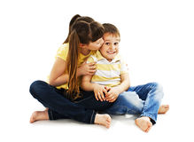 Abrazo de la hermana cariñosa y del pequeño hermano Imágenes de archivo libres de regalías