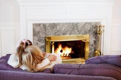 Abrazo de la hija de la madre por el fuego Fotos de archivo libres de regalías
