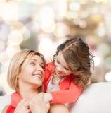 Abrazo de la madre y de la hija fotos de archivo