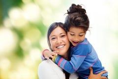 Abrazo de la madre y de la hija foto de archivo libre de regalías