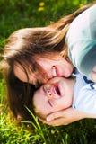 Abrazo de la madre y del bebé fotografía de archivo