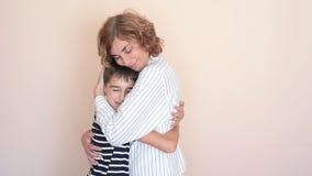 Abrazo de la madre y del hijo metrajes