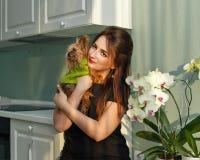 Abrazo de la muchacha y del terrier Imagenes de archivo