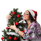 Abrazo de la mujer un árbol de navidad Fotos de archivo
