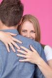 Abrazo de la mujer y del hombre Fotos de archivo libres de regalías