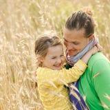 Abrazo de la vinculación de la madre y de la hija Imagen de archivo libre de regalías
