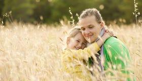 Abrazo de la vinculación de la madre y de la hija Fotos de archivo