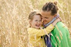 Abrazo de la vinculación de la madre y de la hija Fotos de archivo libres de regalías