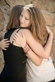 Abrazo de las chicas jóvenes Fotografía de archivo