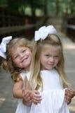 Abrazo de las hermanas fotos de archivo