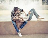 Abrazo de los adolescentes de los amores Foto de archivo