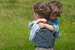 Abrazo de los hermanos Imagen de archivo libre de regalías