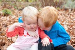 Abrazo de los niños Fotos de archivo