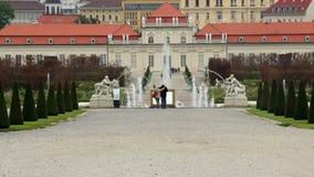Abrazo de los pares mayores que viajan viendo la atracción turística Viena almacen de video