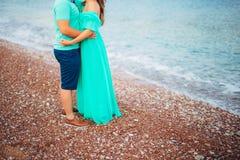 Abrazo de los recienes casados en Montenegro imagen de archivo libre de regalías