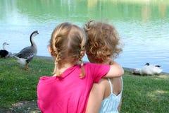 Abrazo de muchachas Foto de archivo libre de regalías