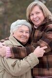 Abrazo de mujeres Imagenes de archivo