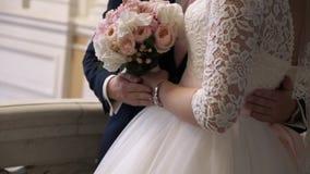 Abrazo de novia y del novio almacen de metraje de vídeo