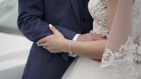 Abrazo de novia y del novio almacen de video