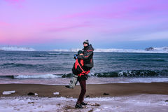 Abrazo de pares de adolescentes en la costa del mar de Barents en Teriberka, región de Murmansk, Rusia Fotos de archivo