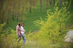 Abrazo de pares jovenes Imagen de archivo