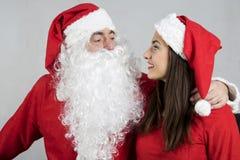 Abrazo de Santa Claus la muchacha sonriente de Papá Noel Foto de archivo