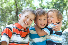 Abrazo de tres feliz hermanos Imagen de archivo
