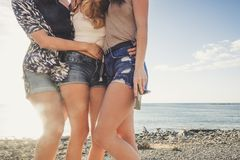 Abrazo de tres mujeres jovenes ellos mismos en un día soleado Fotografía de archivo libre de regalías
