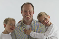Abrazo del día de padres a partir de gemelos de 6 años Fotografía de archivo