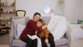 Abrazo del hijo y de la madre metrajes