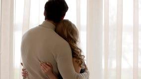 Abrazo del hombre y de la mujer almacen de video