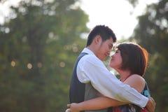 Abrazo del hombre y de la mujer con la emoción del amor Foto de archivo