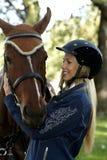 Abrazo del jinete y del caballo Fotografía de archivo libre de regalías