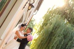 Abrazo del novio y de la novia Fotografía de archivo libre de regalías