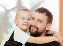 Abrazo del papá y del hijo fotos de archivo