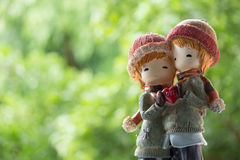 Abrazo del traje del invierno de dos muñecas Fotos de archivo