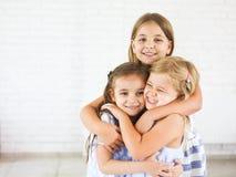 Abrazo divertido feliz de las muchachas junto Fotos de archivo