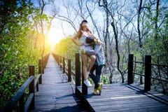 Abrazo embarazada de los pares de los jóvenes románticos de los momentos, tocando, kissin Fotografía de archivo