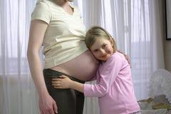 Abrazo embarazado Fotografía de archivo libre de regalías