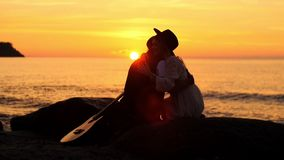 Abrazo en la puesta del sol almacen de metraje de vídeo