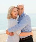 Abrazo envejecido feliz de los amantes al aire libre Foto de archivo
