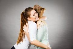 Abrazo feliz de dos mujeres de los amigos Fotos de archivo libres de regalías