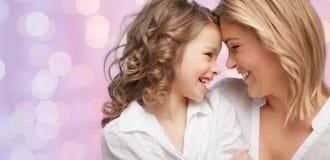 Abrazo feliz de la madre y de la hija Fotografía de archivo libre de regalías