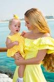 Abrazo feliz de la muchacha de la mamá y del niño El concepto de niñez y de familia Madre hermosa y su bebé al aire libre Fotos de archivo libres de regalías