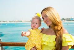 Abrazo feliz de la muchacha de la mamá y del niño El concepto de niñez y de familia Madre hermosa y su bebé al aire libre foto de archivo